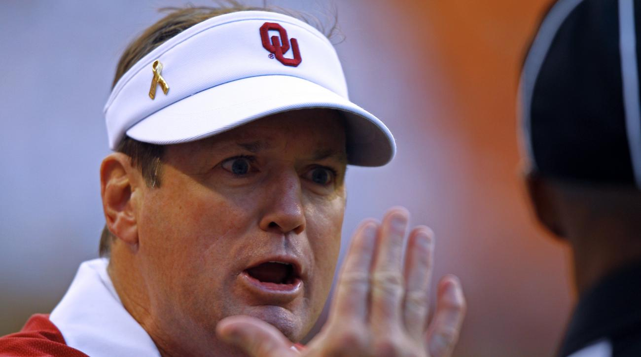 Oklahoma head coach Bob Stoops argues a call with an official during the first half of an NCAA college football game against Tennessee, Saturday, Sept. 12, 2015 in Knoxville, Tenn. (AP Photo/Wade Payne)