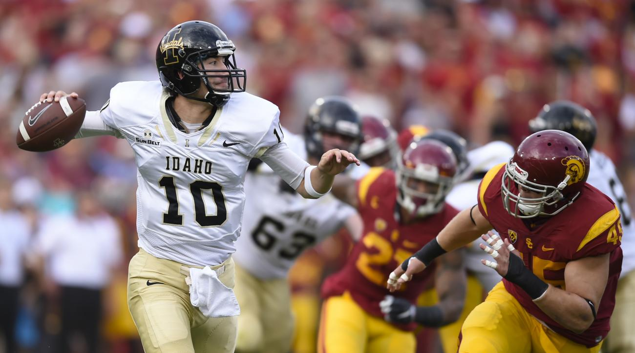 Pressured by Southern California linebacker Porter Gustin, right, Idaho quarterback Matt Linehan looks for a receiver during the first half of an NCAA college football game, Saturday, Sept. 12, 2015, in Los Angeles. (AP Photo/Gus Ruelas)