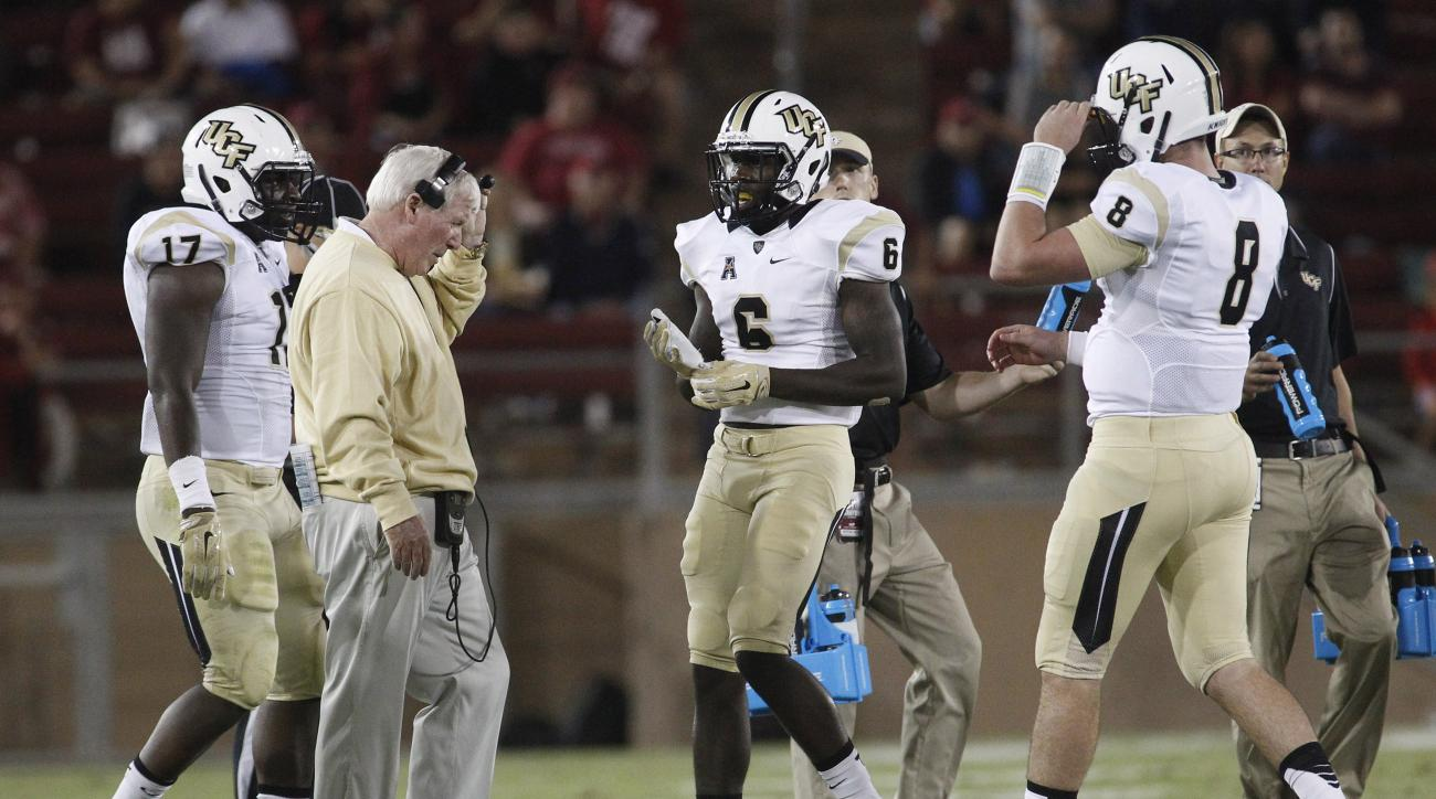 UCF head coach George O'Leary talks to his players during a timeout in a 31-7 loss to Stanford during an NCAA college football game Saturday, Sept. 12, 2015, in Stanford, Calif. (AP Photo/Matthew Sumner)