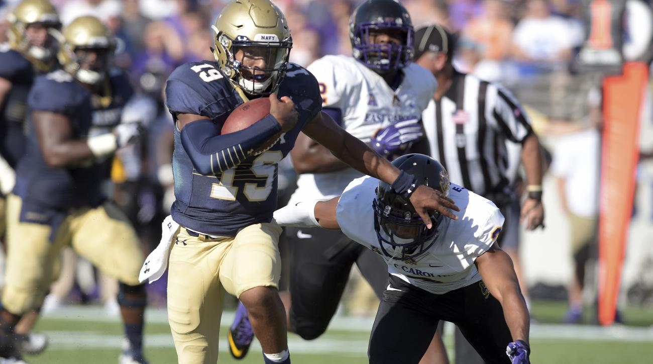 Navy quarterback Keenan Reynolds runs for a long gain during the second quarter against East Carolina during an NCAA college football game Saturday, Sept. 19, 2015, in Annapolis, Md. (Paul W. Gillespie/Capital Gazette via AP)