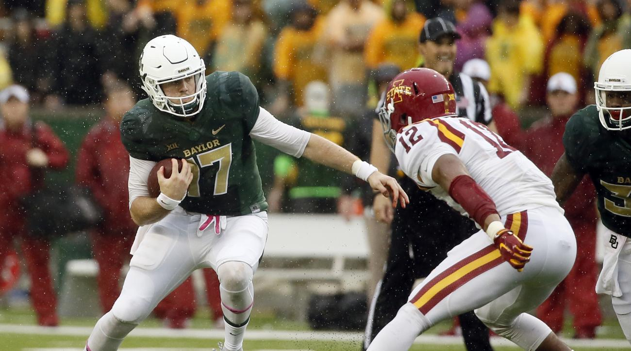 Baylor quarterback Seth Russell (17) scrambles out of the pocket as Iowa State linebacker Jarnor Jones (12) pursues in the first half of an NCAA college football game Saturday, Oct. 24, 2015, in Waco, Texas. (AP Photo/Tony Gutierrez)