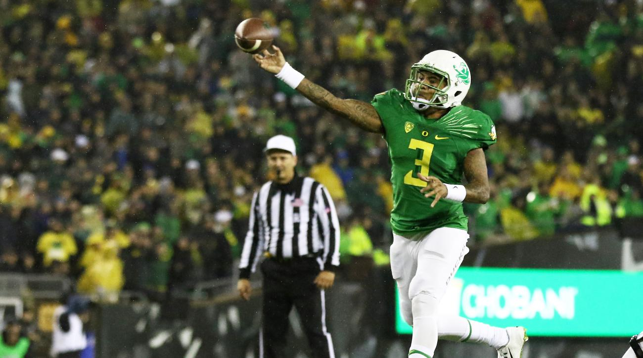 Oregon quarterback Vernon Adams Jr. (3) throws the football during the first half of an NCAA college football game against California, Saturday, Nov. 7, 2015, in Eugene, Ore. (AP Photo/Ryan Kang)