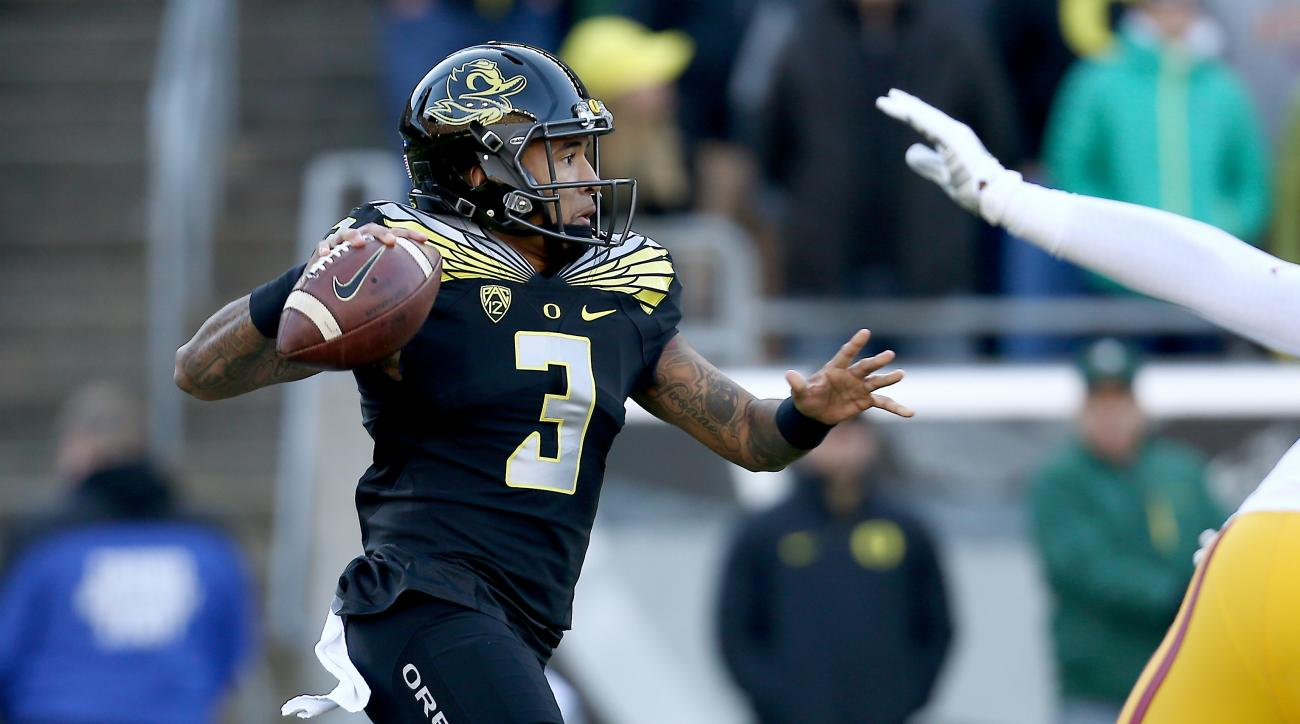 Oregon quarterback Vernon Adams Jr. (3) looks to pass during the first half of an NCAA college football game against Southern California, Saturday, Nov. 21, 2015, in Eugene, Ore. (AP Photo/Ryan Kang)