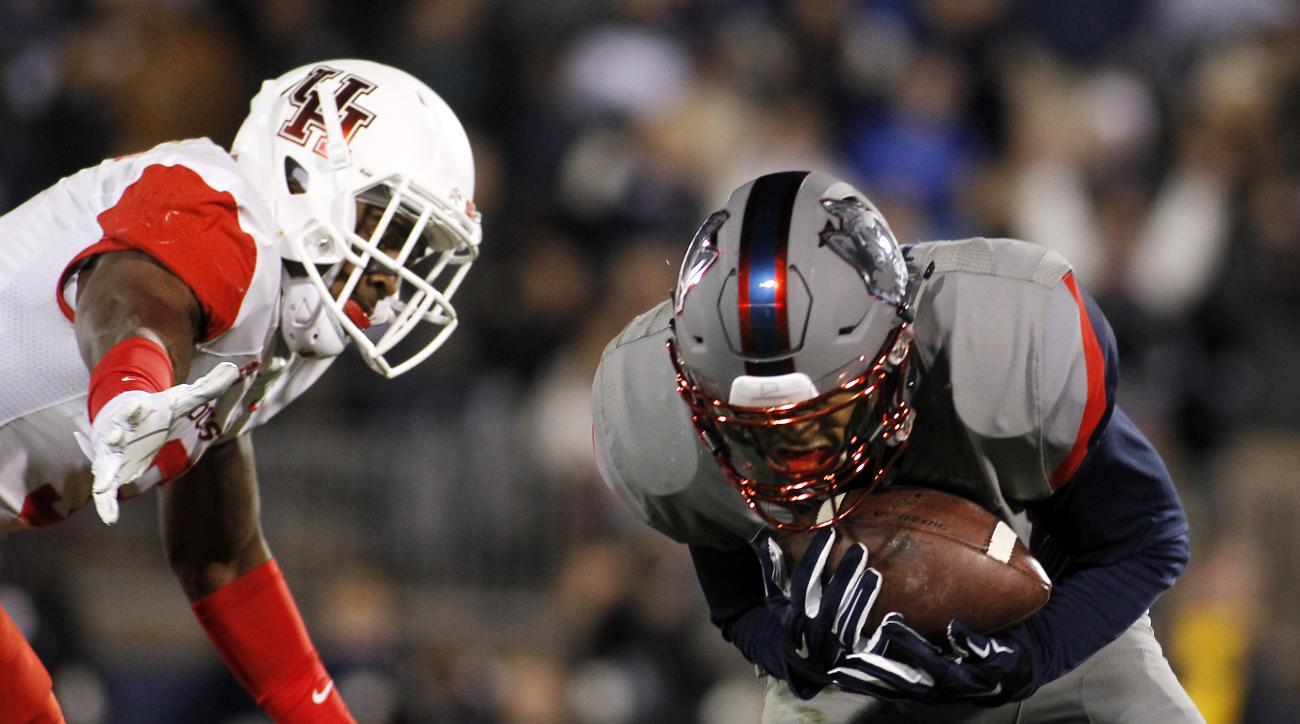 Connecticut wide receiver Noel Thomas, right, catches a touchdown pass as Houston cornerback William Jackson III, left, defends on the play during the fourth quarter of an NCAA college football game Saturday, Nov. 21, 2015, in East Hartford, Conn. (AP Pho