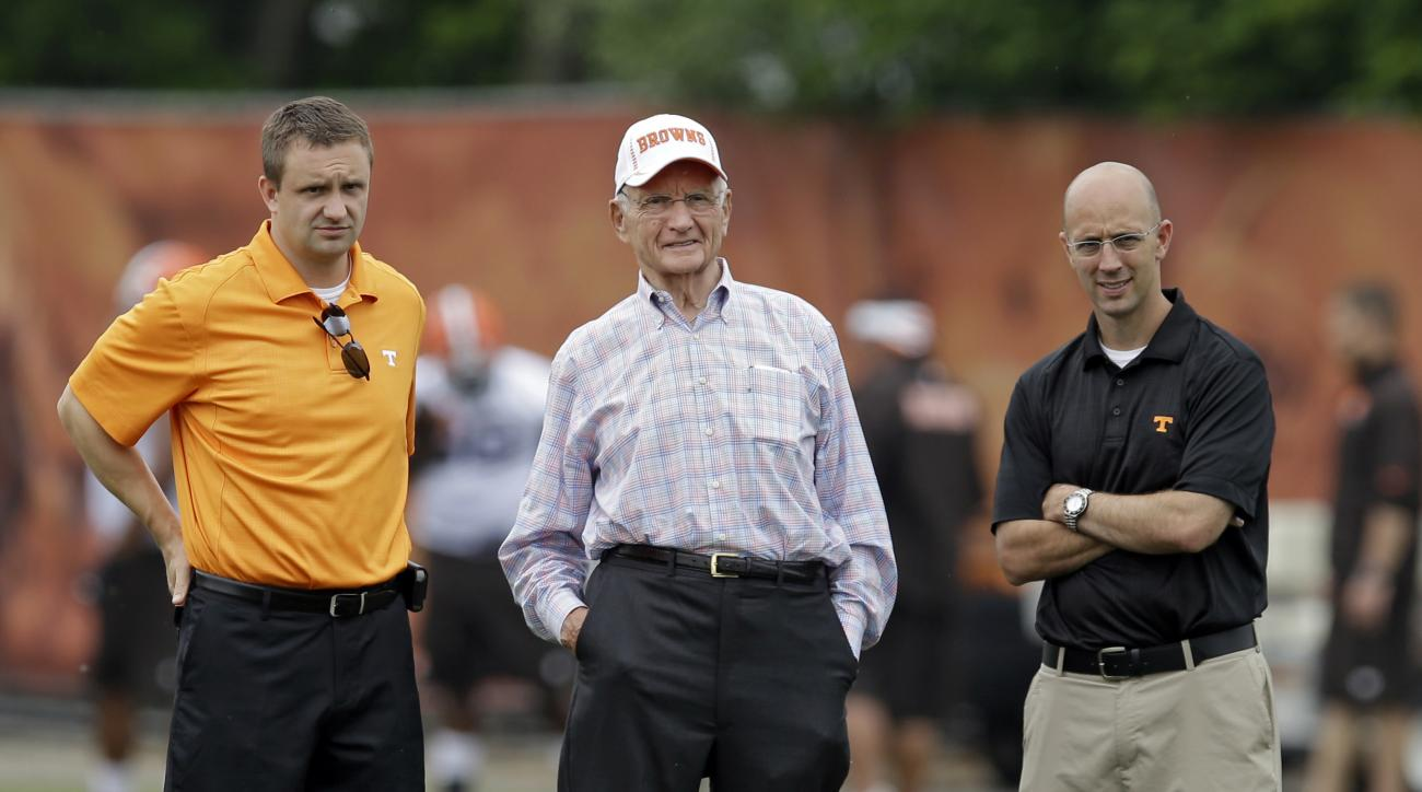 Jim Haslam II, center, father of Cleveland Browns owner Jimmy Haslam, watches a mandatory minicamp practice with Tennessee coaches Mark Elder, left, and Mike Bajakian at the NFL football team's facility in Berea, Ohio Tuesday, June 10, 2014. (AP Photo/Mar