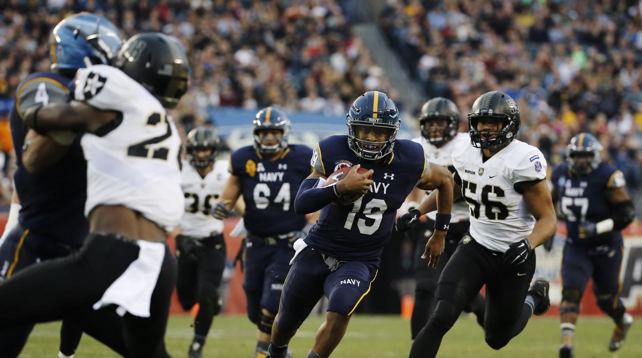 Navy quarterback Keenan Reynolds (19) rushes during an NCAA college football game against Army Saturday, Dec. 12, 2015, in Philadelphia. (AP Photo/Matt Slocum)