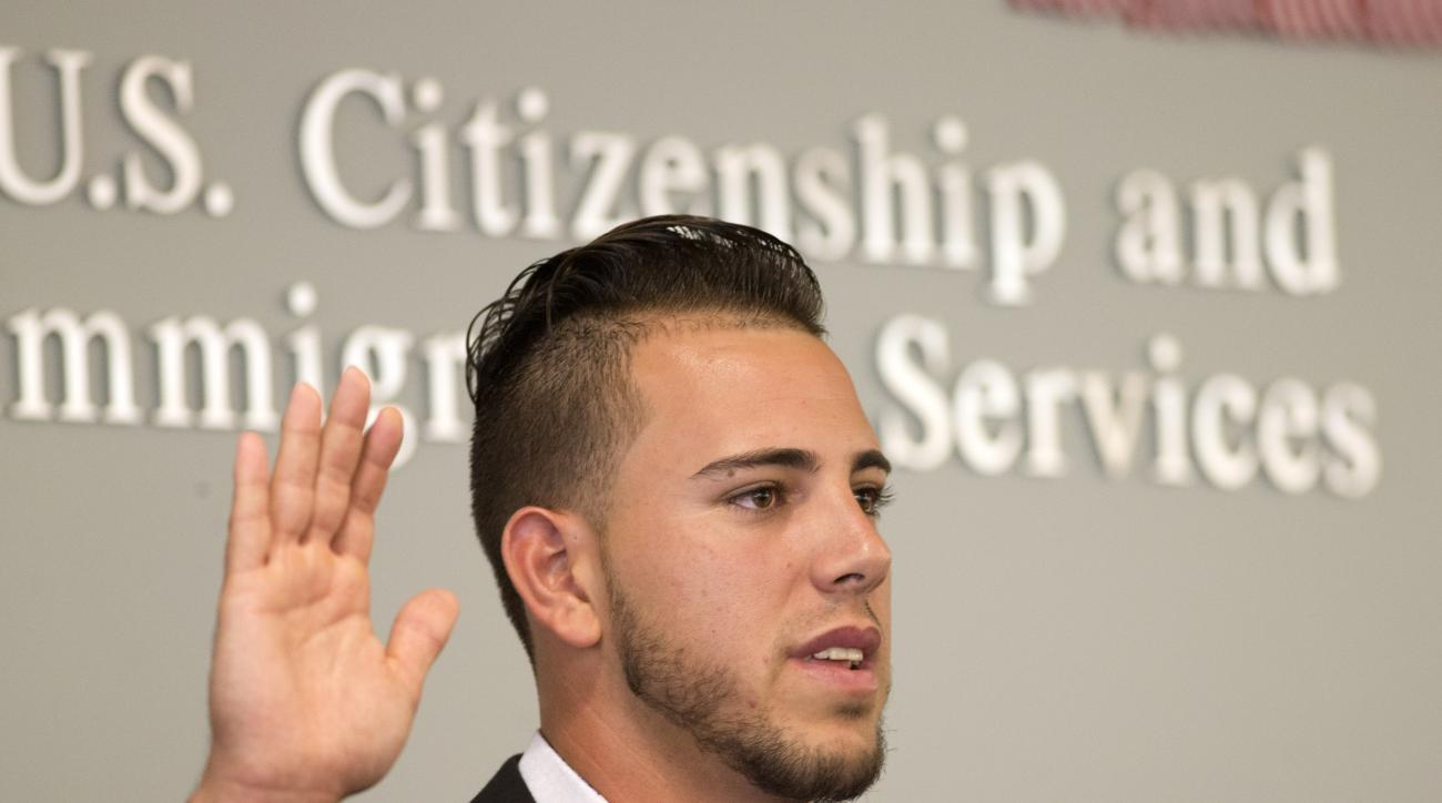 """Miami Marlins pitcher Jose Fernandez takes the """"Oath of Allegiance"""" as he becomes a U.S. citizen during a naturalization ceremony Friday, April 24, 2015, in Miami. (AP Photo/J Pat Carter)"""