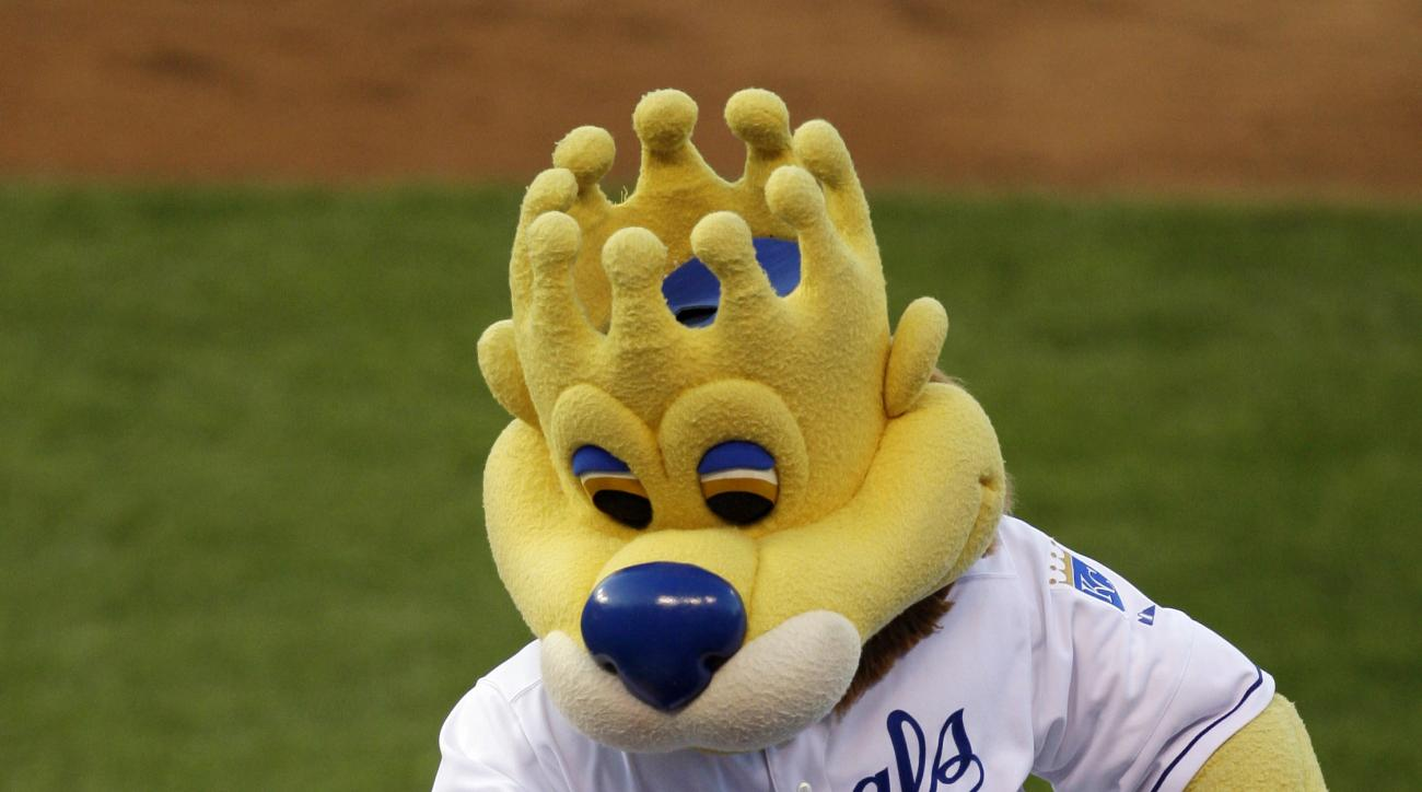 "In this Monday, Aug. 24, 2009 photo, Kansas City Royals mascot ""Sluggerrr"" throws hot dogs into the crowd during a baseball game against the Cleveland Indians in Kansas City, Mo. A jury says neither the Kansas City Royals nor a man who was hurt when he wa"