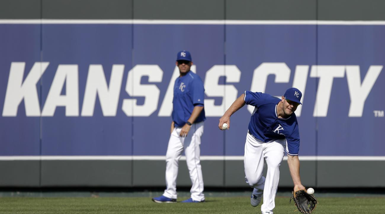 Kansas City Royals left fielder Alex Gordon catches a fly ball during batting practice before a baseball game against the Detroit Tigers at Kauffman Stadium in Kansas City, Mo., Wednesday, Aug. 12, 2015. (AP Photo/Orlin Wagner)