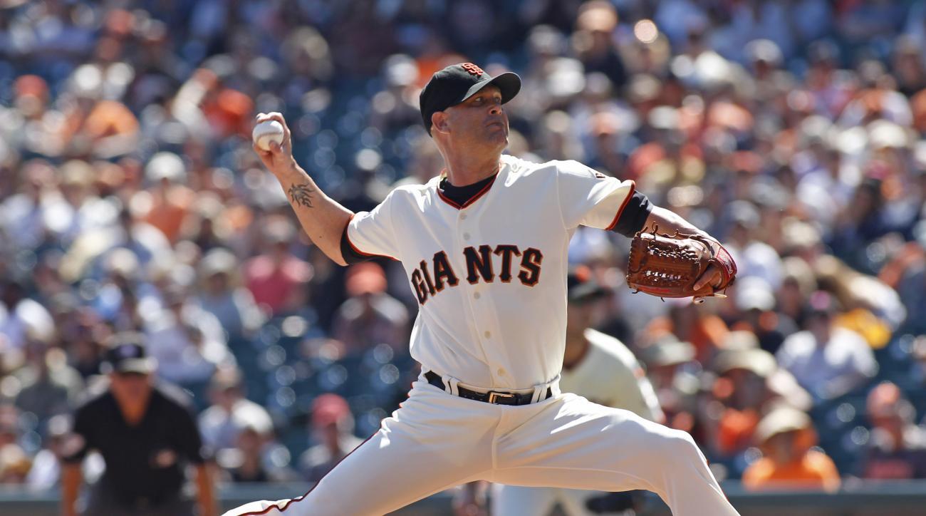 San Francisco Giants pitcher Tim Hudson throws to the Arizona Diamondbacks during the first inning of a baseball game, Sunday, Sept. 20, 2015, in San Francisco. (AP Photo/George Nikitin)