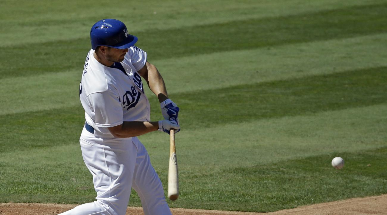 Los Angeles Dodgers' Chris Heisey hita a grand slam home run against the Arizona Diamondbacks during the fifth inning of a baseball game in Los Angeles, Thursday, Sept. 24, 2015. (AP Photo/Chris Carlson)