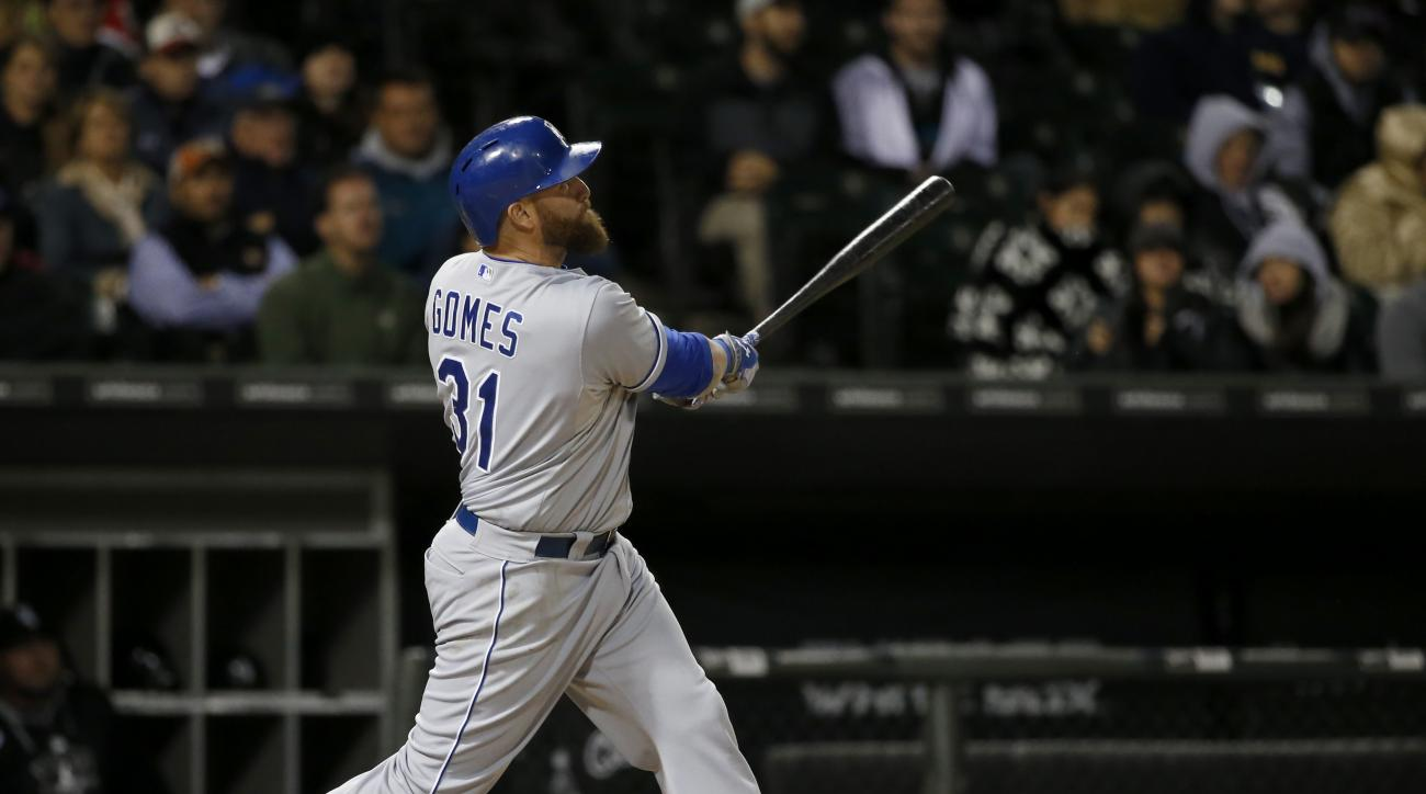 Kansas City Royals' Jonny Gomes watches his sacrifice fly off Chicago White Sox starting pitcher John Danks, scoring pinch runner Cheslor Cuthbert, during the fifth inning of a baseball game Thursday, Oct. 1, 2015, in Chicago. (AP Photo/Charles Rex Arboga