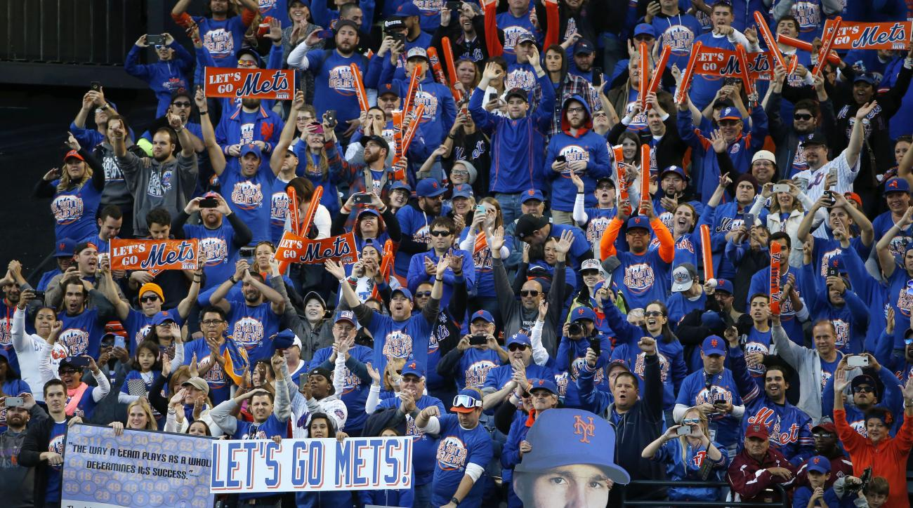 New York Mets fans thank Mets players after the Mets defeated the Washington Nationals 1-0 in their final regular season  baseball game in New York, Sunday, Oct. 4, 2015. (AP Photo/Kathy Willens)