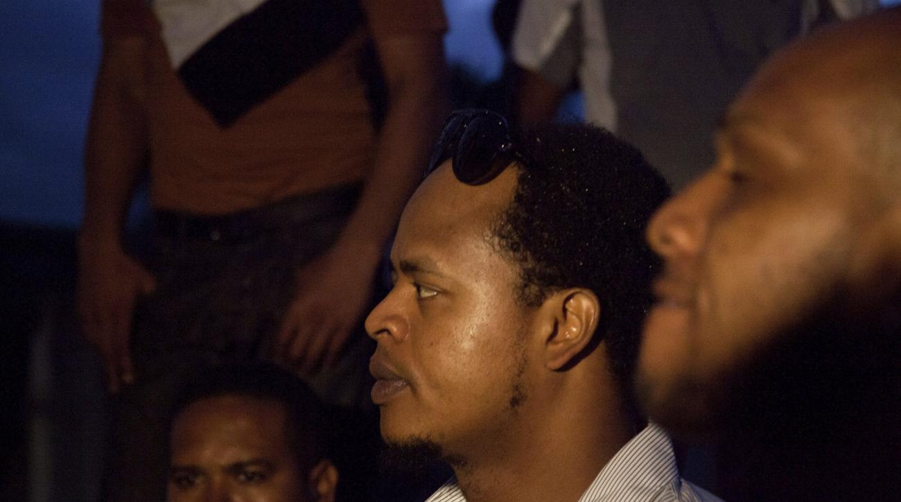 Kansas City Royals' Edinson Volquez, center, watches the burial of his father, Daniel Volquez at the Cristo Redentor cemetery in Santo Domingo, Dominican Republic, Thursday, Oct. 29, 2015. Volquez played Game 1 of the World Series on Tuesday night, just h