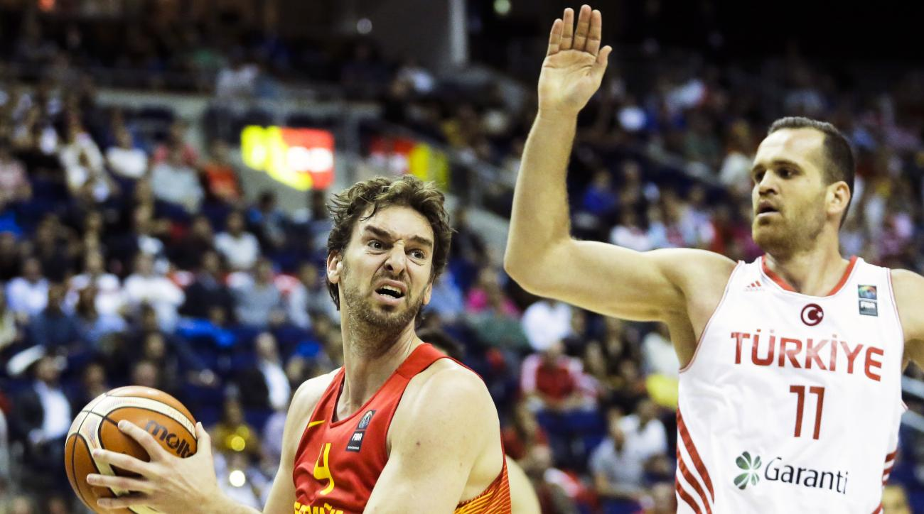 Spain's Pau Gasol, left, goes for a shot over Turkey's Oguz Savas during the EuroBasket European Basketball Championship group B match between Turkey and Spain in Berlin, Germany, Sunday, Sept. 6, 2015. (Photo/Markus Schreiber)