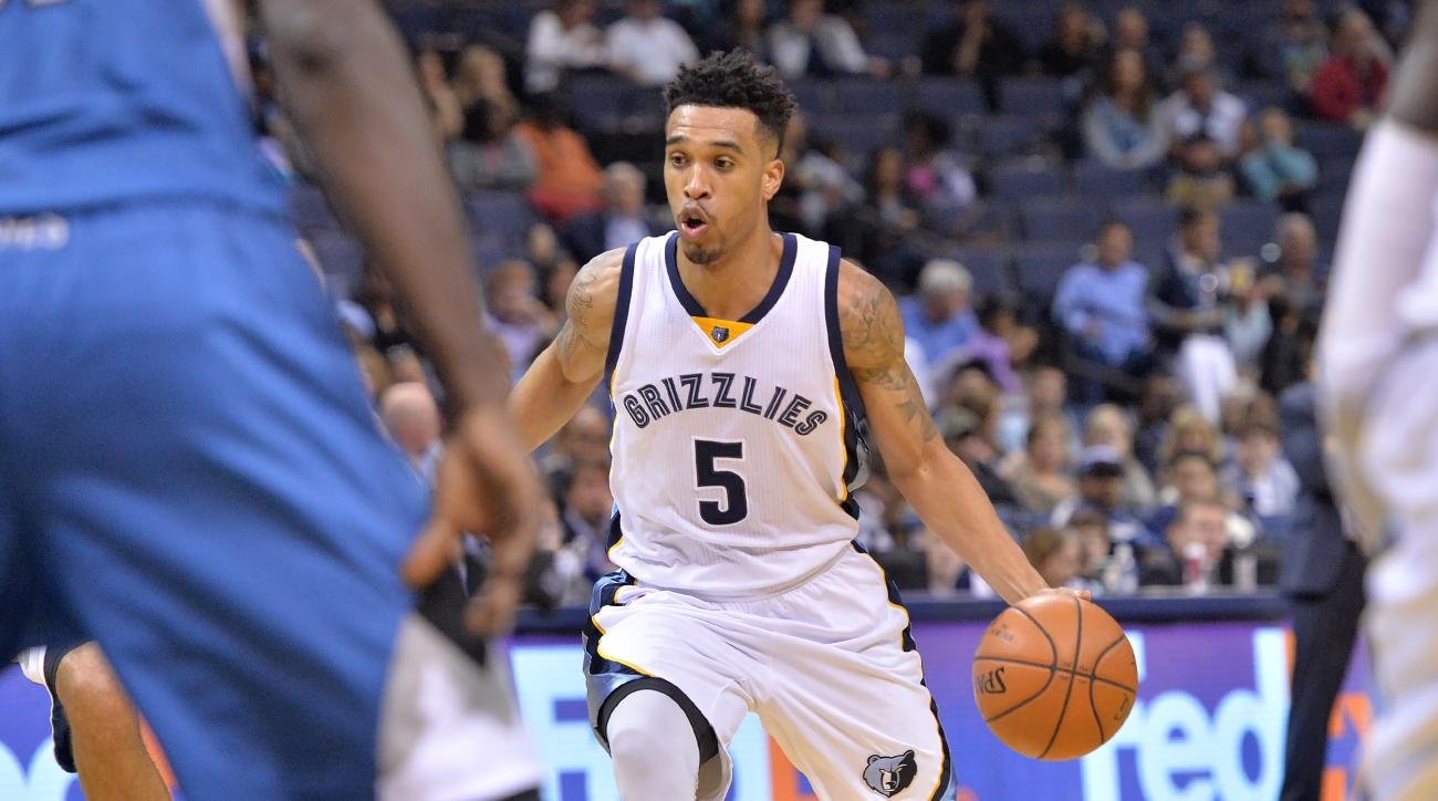 Memphis Grizzlies guard Courtney Lee (5) moves the ball in the first half of an NBA basketball preseason game against the Minnesota Timberwolves, Sunday, Oct. 18, 2015, in Memphis, Tenn. (AP Photo/Brandon Dill)