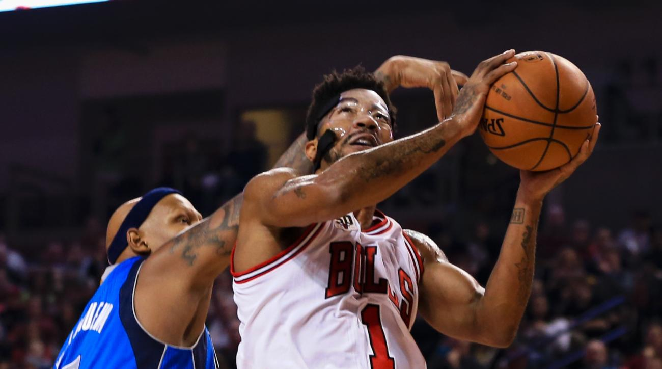 Chicago Bulls' Derrick Rose (1) goes for a layup against Dallas Mavericks' Charlie Villanueva (3) during the first half of an NBA preseason basketball game in Lincoln, Neb., Friday, Oct. 23, 2015. (AP Photo/Nati Harnik)