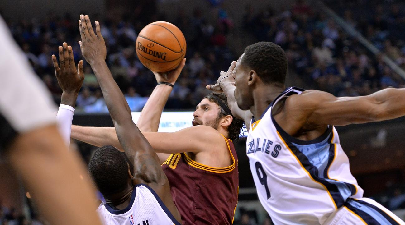 Cleveland Cavaliers forward Kevin Love, center, shoots between Memphis Grizzlies forward JaMychal Green (0) and guard Tony Allen (9) in the first half of an NBA basketball game Wednesday, Oct. 28, 2015, in Memphis, Tenn. (AP Photo/Brandon Dill)