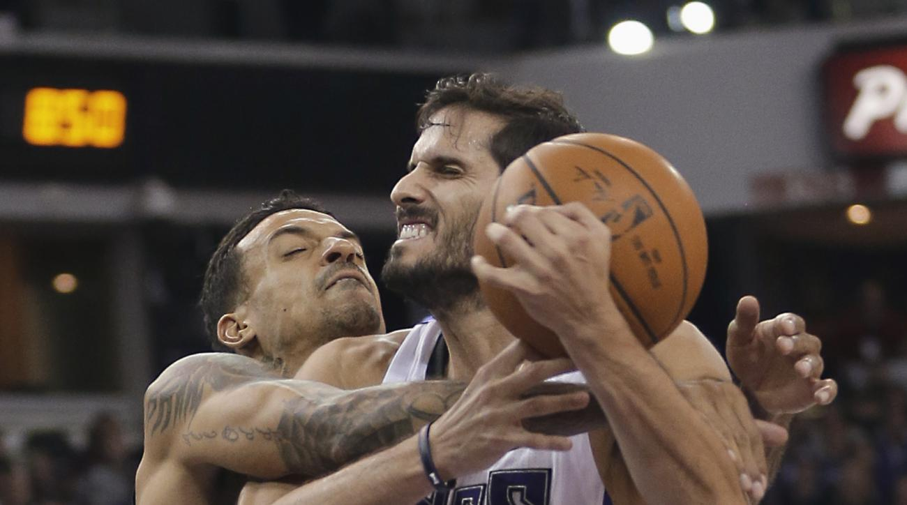 Sacramento Kings forward Omri Casspi, right, of Israel, is fouled by Memphis Grizzlies forward Matt Barnes during the second half of an NBA basketball game in Sacramento, Calif., Tuesday, Nov. 3, 2015. The Grizzlies won 103-89. (AP Photo/Rich Pedroncelli)