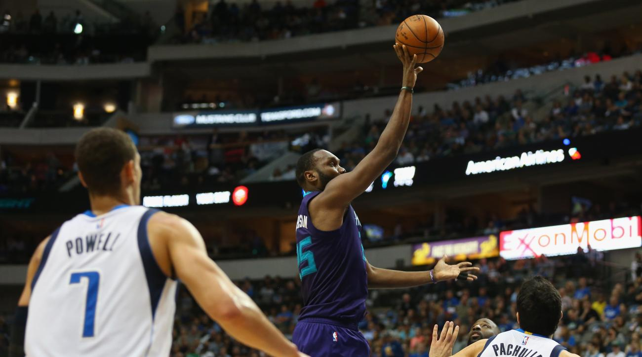 DALLAS, TX - NOVEMBER 05:  Al Jefferson #25 of the Charlotte Hornets takes a shot against the Dallas Mavericks in the first half at American Airlines Center on November 5, 2015 in Dallas, Texas.  (Photo by Ronald Martinez/Getty Images)