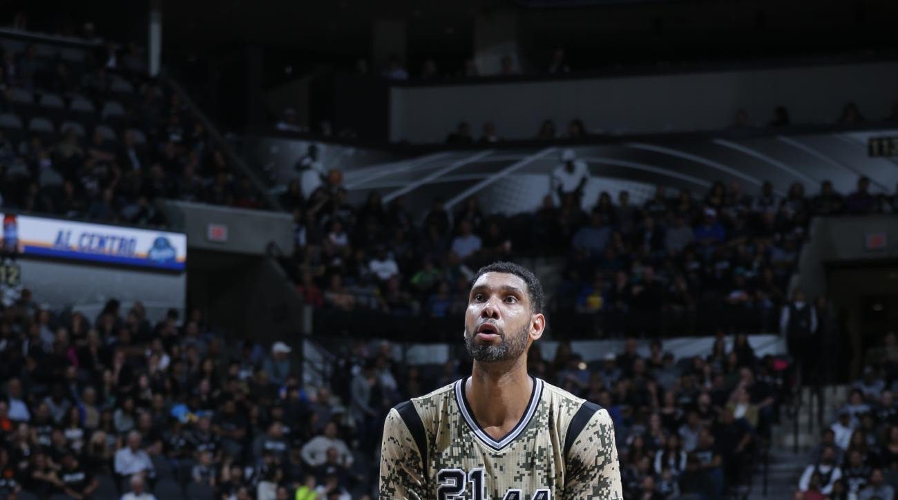 SAN ANTONIO, TX - NOVEMBER 7:  Tim Duncan #21 of the San Antonio Spurs shoots a free throw against the Charlotte Hornets on November 7, 2015 at the AT&T Center in San Antonio, Texas. (Photo by Chris Covatta/NBAE via Getty Images)