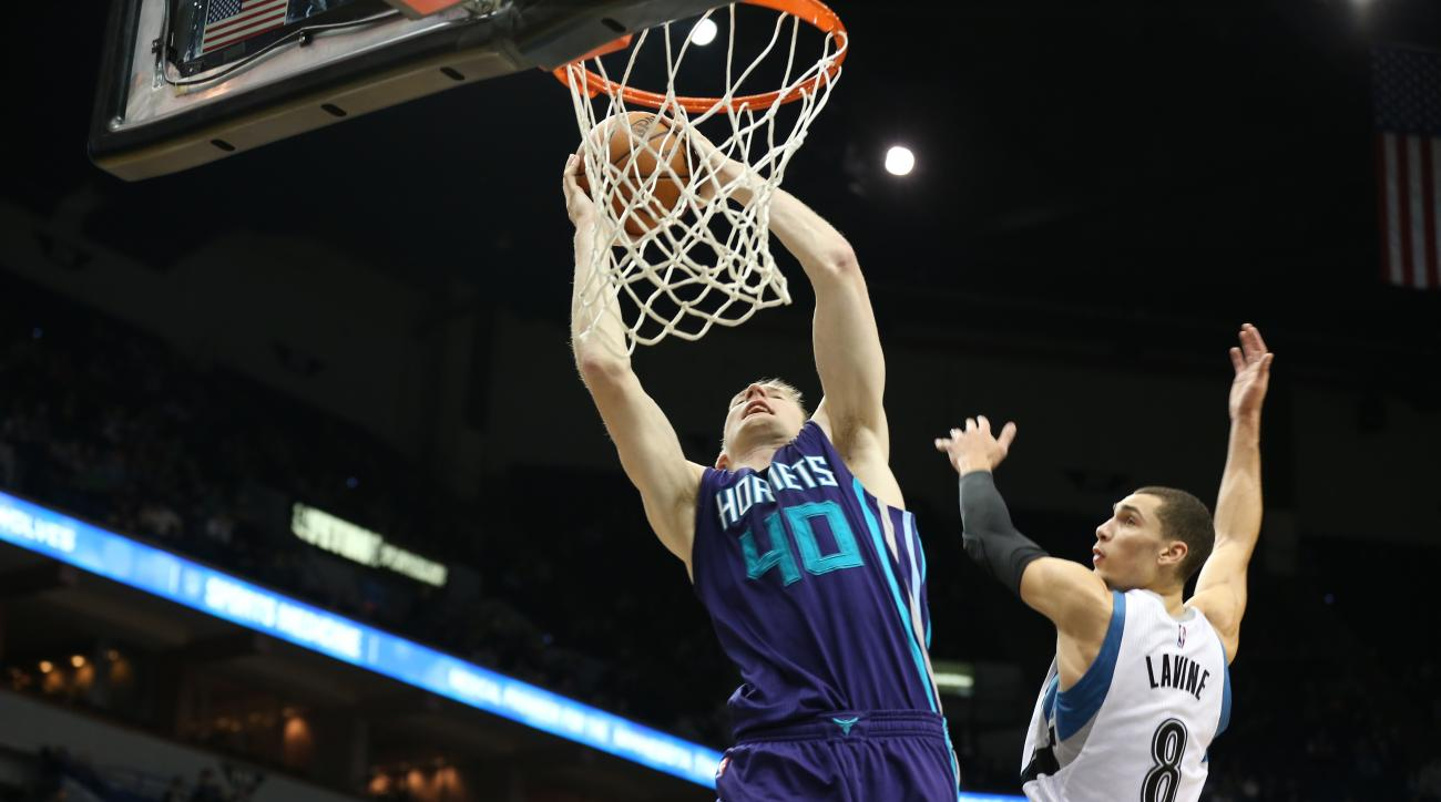 MINNEAPOLIS, MN -  NOVEMBER 10:  Cody Zeller #40 of the Charlotte Hornets goes up for a dunk against the Minnesota Timberwolves on November 10, 2015 at Target Center in Minneapolis, Minnesota. (Photo by Jordan Johnson/NBAE via Getty Images)