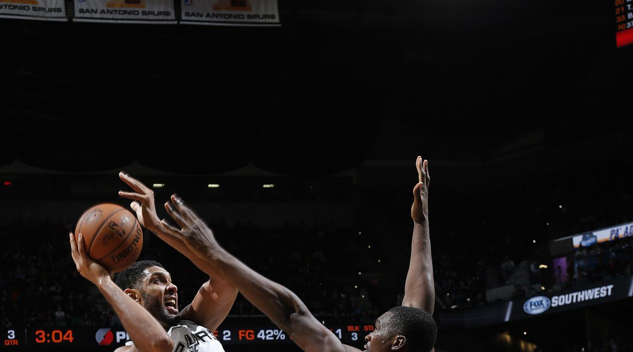 SAN ANTONIO, TX - NOVEMBER 16: Tim Duncan #21 of the San Antonio Spurs shoots the ball during the game on November 16, 2015 at the AT&T Center in San Antonio, Texas.