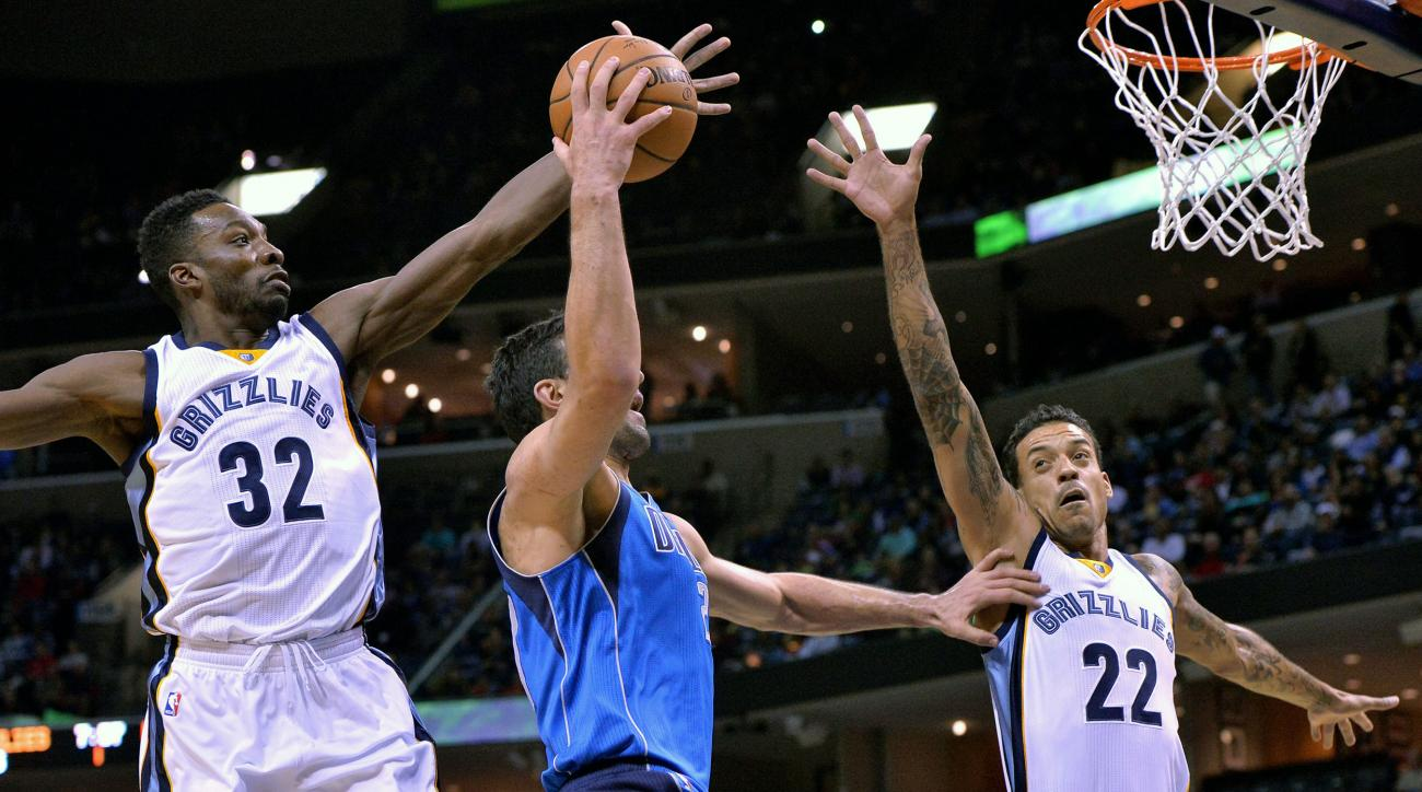 Dallas Mavericks center Zaza Pachulia, middle, shoots between Memphis Grizzlies forwards Jeff Green (32) and forward Matt Barnes (22) in the first half of an NBA basketball game, Tuesday, Nov. 24, 2015, in Memphis, Tenn. (AP Photo/Brandon Dill)