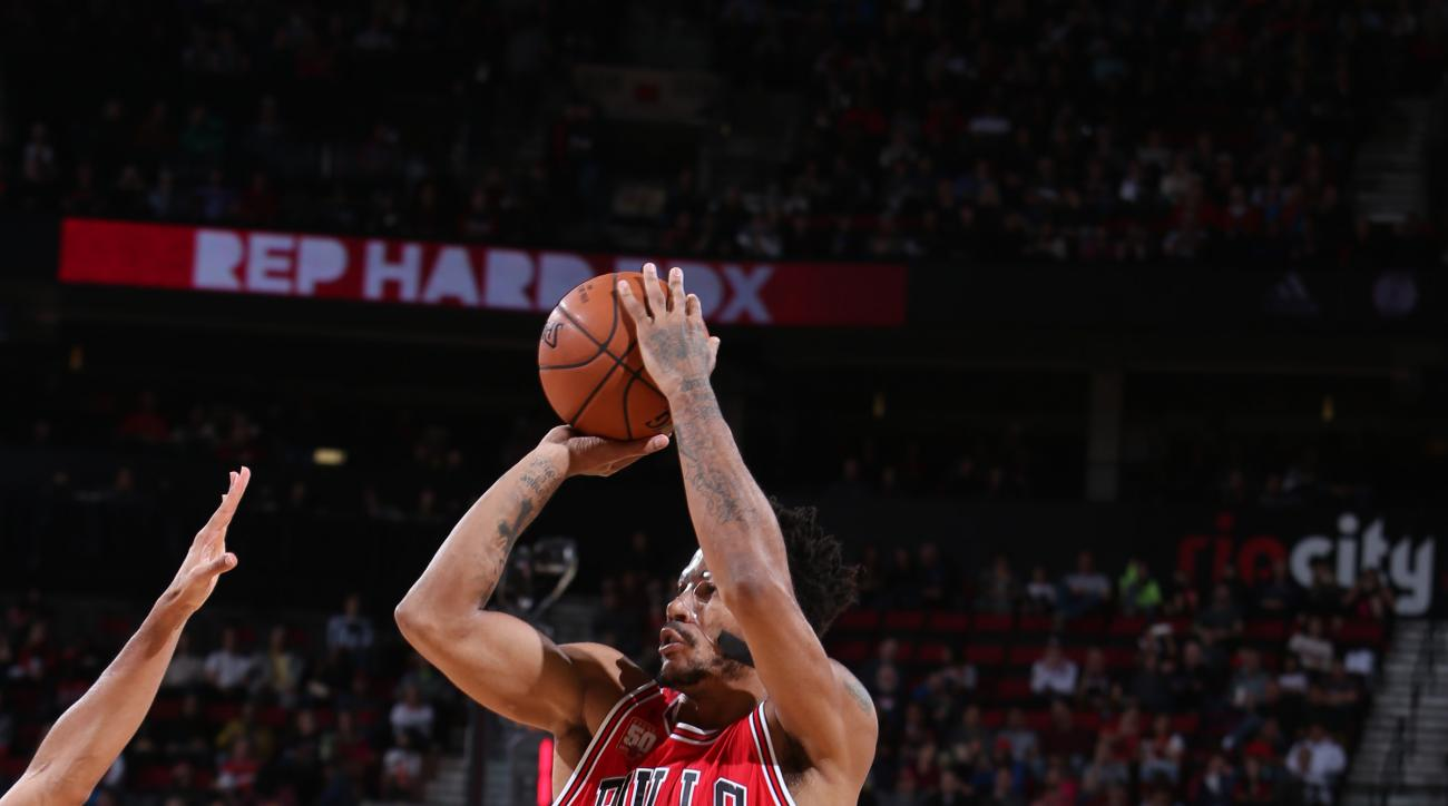PORTLAND, OR - NOVEMBER 24: Derrick Rose #1 of the Chicago Bulls shoots the ball against the Portland Trail Blazers  on November 24, 2015 at the Moda Center in Portland, Oregon. (Photo by Sam Forencich/NBAE via Getty Images)