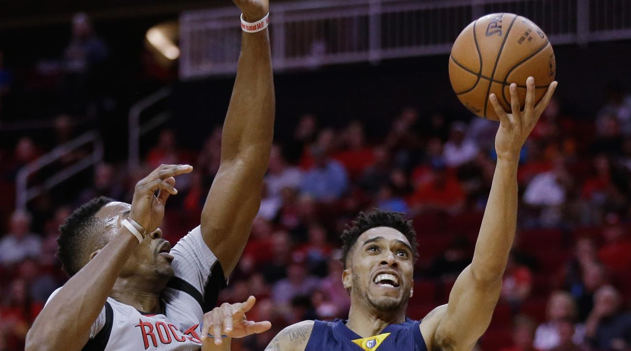 Memphis Grizzlies guard Courtney Lee (5) drives past Houston Rockets center Dwight Howard (12) for a layup in the first half of an NBA basketball game, Wednesday, Nov. 25, 2015 in Houston.(AP Photo/Bob Levey)