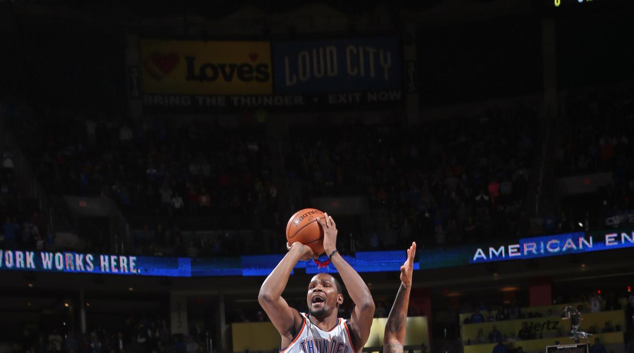 OKLAHOMA CITY, OK - NOVEMBER 27:  Kevin Durant #35 of the Oklahoma City Thunder shoots the ball against the Detroit Pistons on November 27, 2015 at the Chesapeake Energy Arena in Oklahoma City, Oklahoma. (Photo by Layne Murdoch/NBAE via Getty Images)