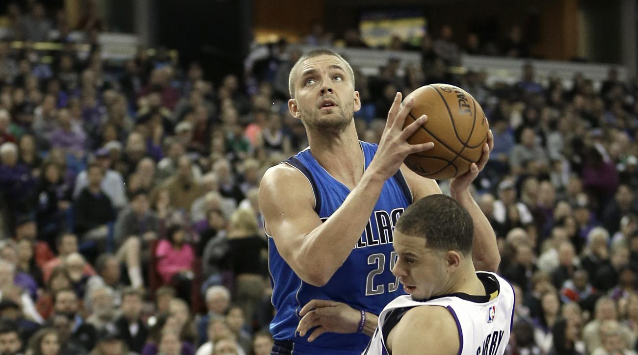 Dallas Mavericks forward Chandler Parsons, left, fouls Sacramento Kings guard Seth Curry, right, as he charges into him during the second half of an NBA basketball game in Sacramento, Calif., Monday, Nov. 30, 2015. The Kings won 112-98. (AP Photo/Rich Ped