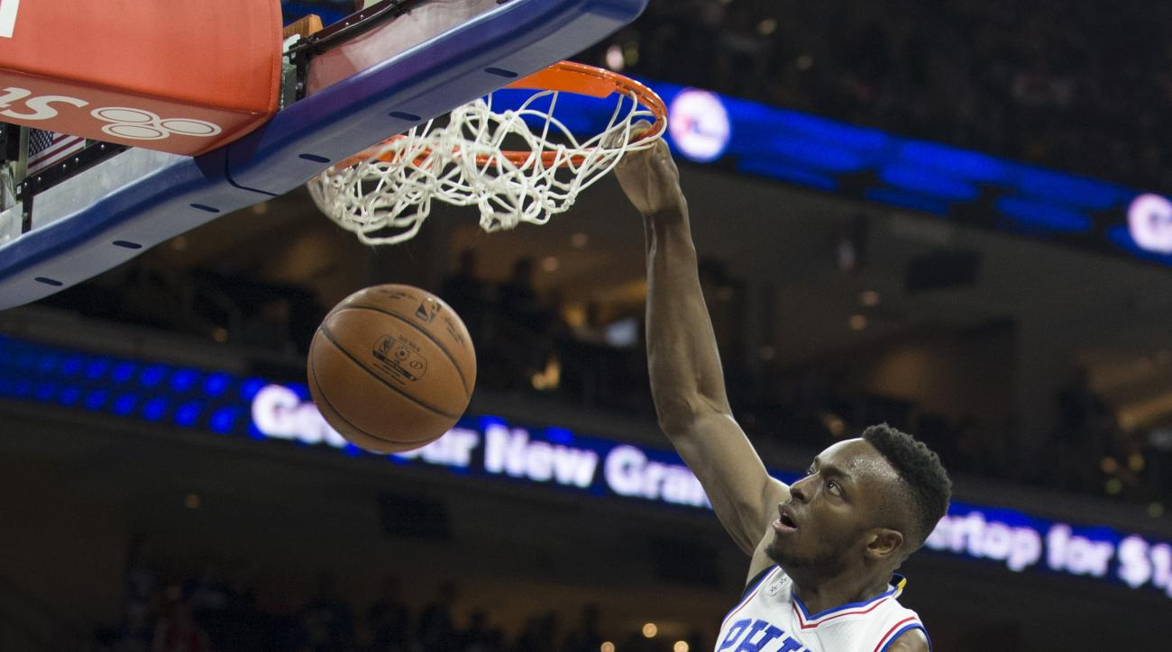 PHILADELPHIA, PA - DECEMBER 1: Jerami Grant #39 of the Philadelphia 76ers dunks the ball past Julius Randle #30 of the Los Angeles Lakers on December 1, 2015 at the Wells Fargo Center in Philadelphia, Pennsylvania. (Photo by Mitchell Leff/Getty Images)