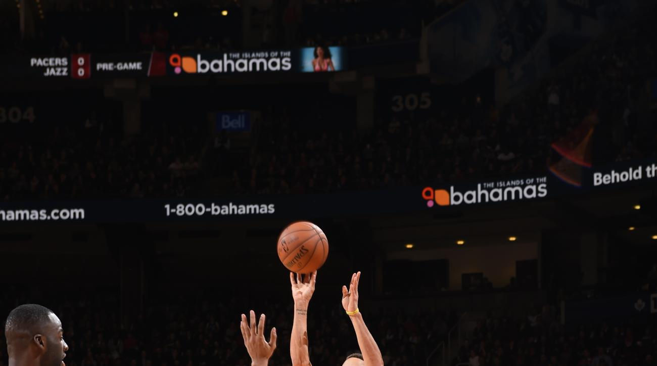 TORONTO, CANADA - DECEMBER 5:  Stephen Curry #30 of the Golden State Warriors shoots the ball against the Toronto Raptors on December 5, 2015 at the Air Canada Centre in Toronto, Ontario, Canada.  (Photo by Ron Turenne/NBAE via Getty Images)