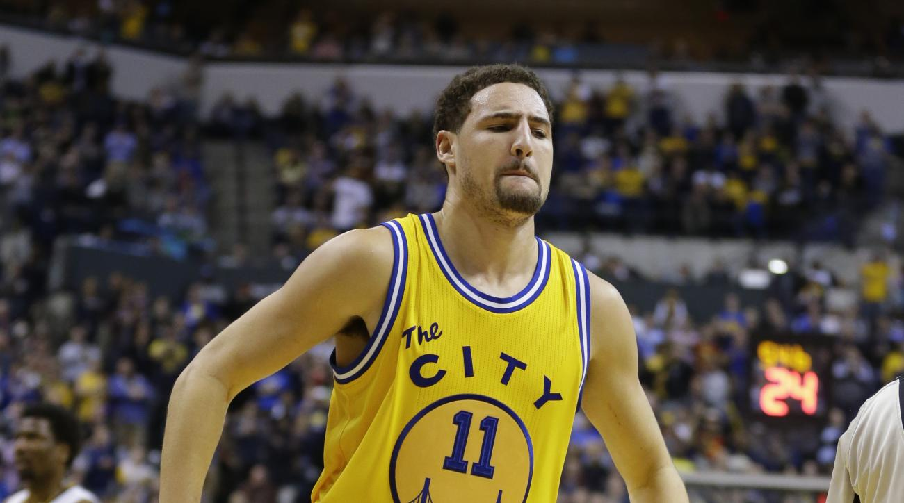 Golden State Warriors guard Klay Thompson (11) limps off the court after getting injured in the second half of an NBA basketball game against the Indiana Pacers in Indianapolis, Tuesday, Dec. 8, 2015. The Warrior defeated the Pacers 131-123. (AP Photo/Mic