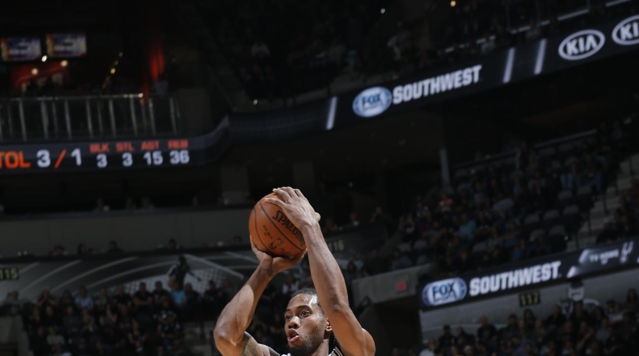 SAN ANTONIO, TX - DECEMBER 21:  Kawhi Leonard #2 of the San Antonio Spurs shoots against the Indiana Pacers on December 21, 2015 at the AT&T Center in San Antonio, Texas.