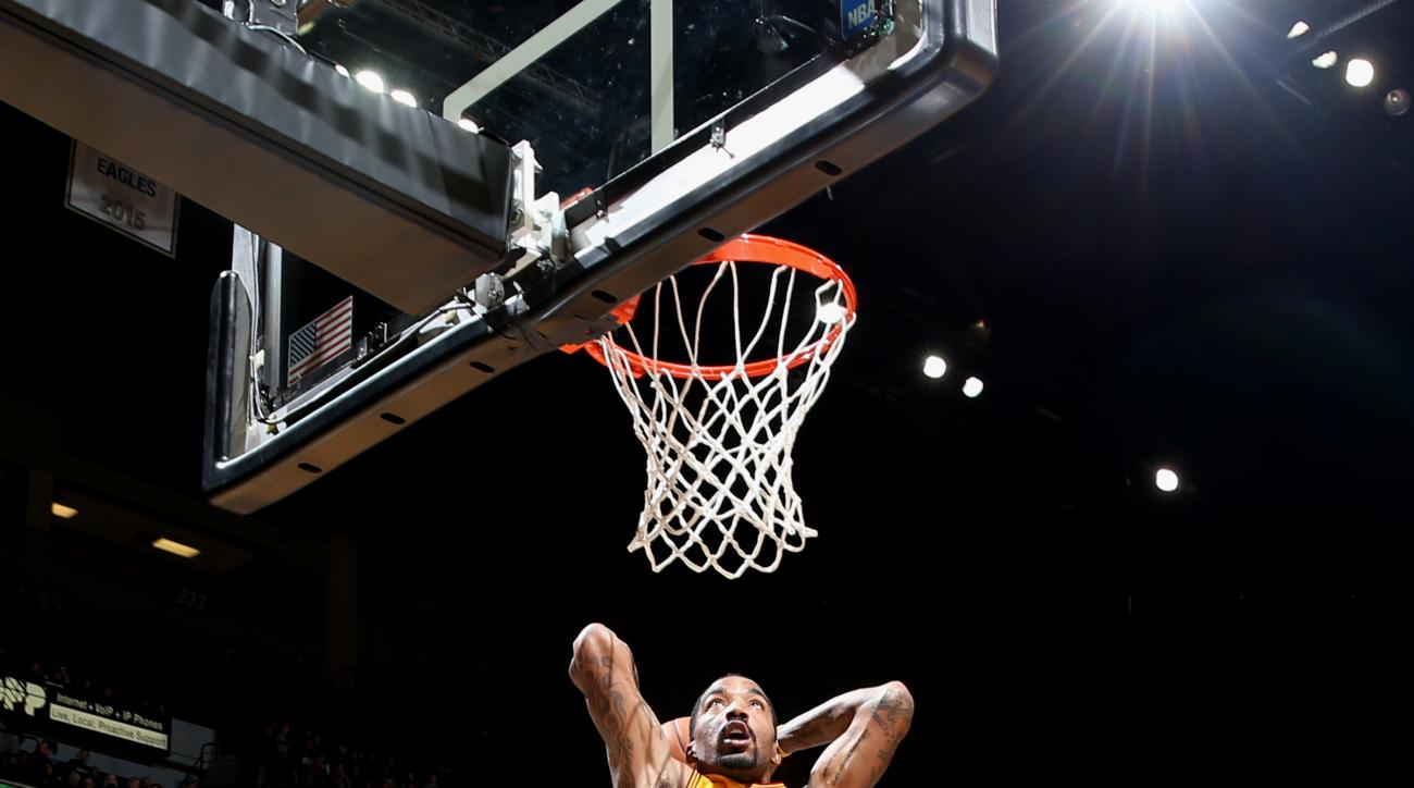 MINNEAPOLIS, MN -  JANUARY 8: J.R. Smith #5 of the Cleveland Cavaliers goes for the dunk during the game against the Minnesota Timberwolves on January 8, 2016 at Target Center in Minneapolis, Minnesota. (Photo by David Sherman/NBAE via Getty Images)