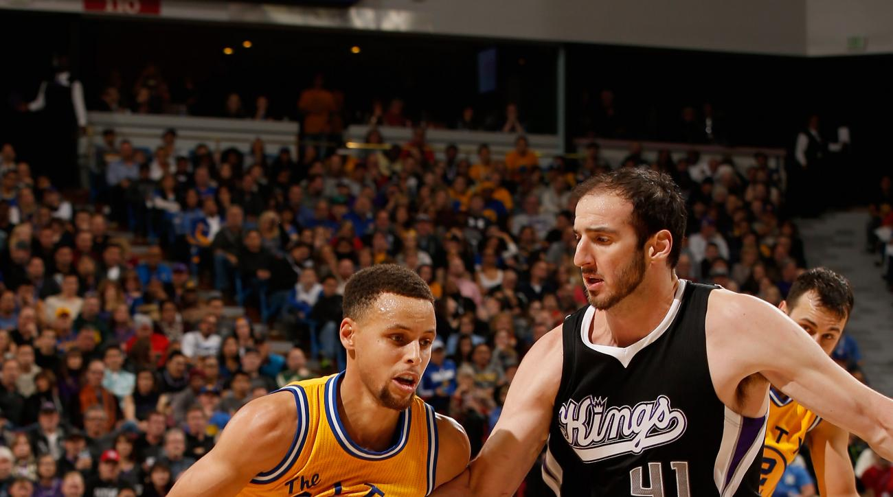 SACRAMENTO, CA - JANUARY 09:  Stephen Curry #30 of the Golden State Warriors is guarded by Kosta Koufos #41 of the Sacramento Kings at Sleep Train Arena on January 9, 2016 in Sacramento, California.  (Photo by Ezra Shaw/Getty Images)