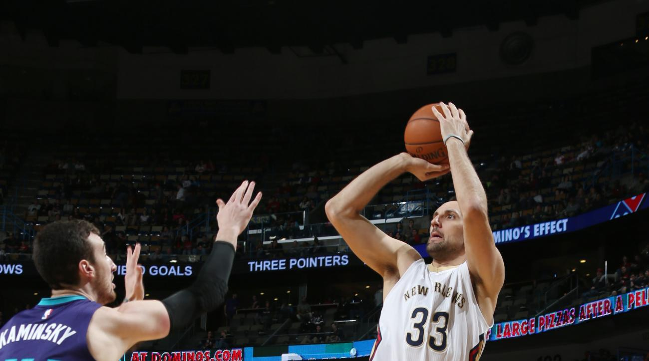NEW ORLEANS, LA - JANUARY 15: Ryan Anderson #33 of the New Orleans Pelicans shoots against the Charlotte Hornets during the game on January 15, 2016 at Smoothie King Center in New Orleans, Louisiana. (Photo by Layne Murdoch Jr./NBAE via Getty Images)
