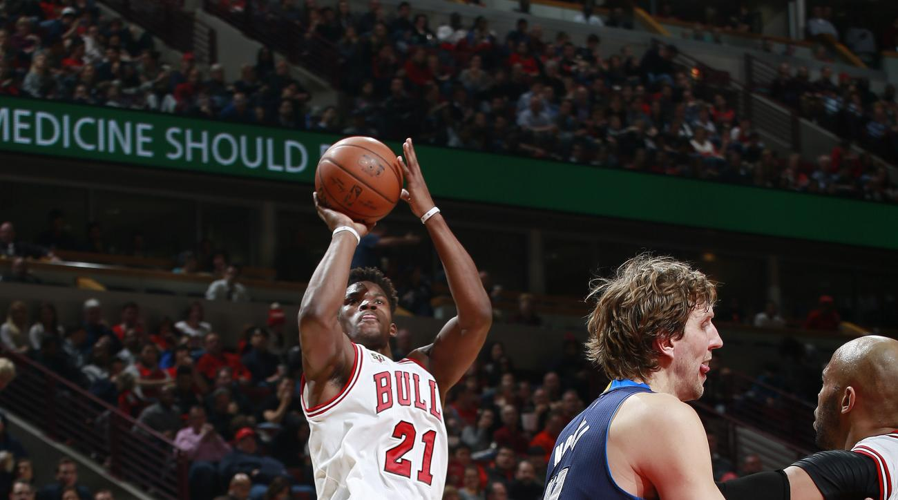 CHICAGO, IL - JANUARY 15: Jimmy Butler #21 of the Chicago Bulls shoots the ball during the game against the Dallas Mavericks on January 15, 2016 at the United Center in Chicago, Illinois. (Photo by Jeff Haynes/NBAE via Getty Images)