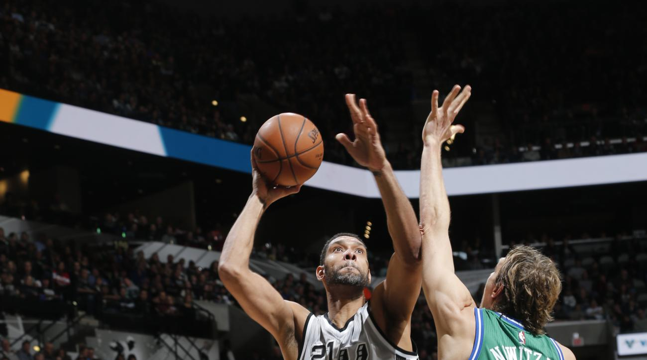 SAN ANTONIO, TX - JANUARY 17:  Tim Duncan #21 of the San Antonio Spurs shoots against Dirk Nowitzki #41 of the Dallas Mavericks on December 17, 2016 at the AT&T Center in San Antonio, Texas.