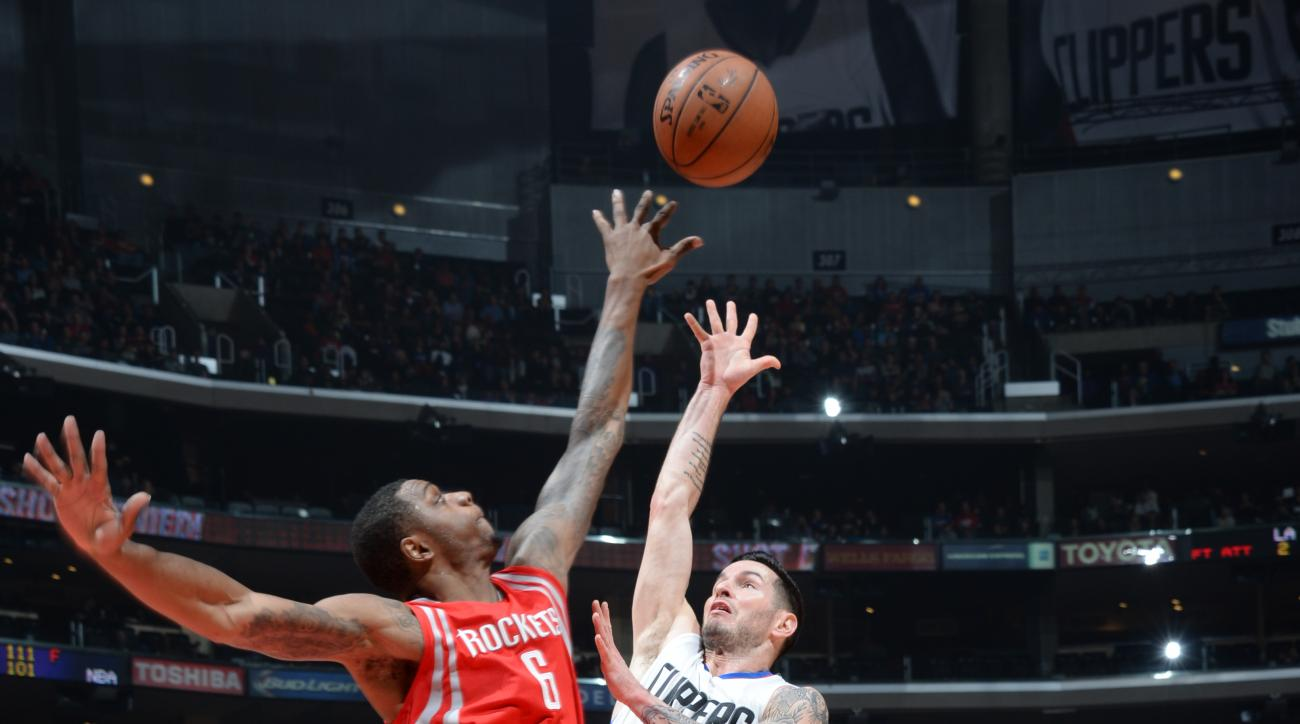 LOS ANGELES, CA - JANUARY 18: J.J. Redick #4 of the Los Angeles Clippers shoots against Terrence Jones #6 of the Houston Rockets during the game on January 18, 2016 at STAPLES Center in Los Angeles, California. (Photo by Andrew Bernstein/NBAE via Getty Im