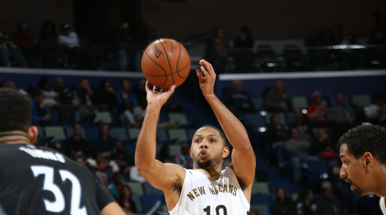 NEW ORLEANS, LA - JANUARY 19: Eric Gordon #10 of the New Orleans Pelicans shoots the ball during the game against the Minnesota Timberwolves on January 19, 2016 at the Smoothie King Center in New Orleans, Louisiana. (Photo by Layne Murdoch Jr./NBAE via Ge