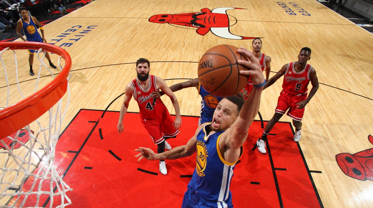 CHICAGO, IL - JANUARY 20: Stephen Curry #30 of the Golden State Warriors goes for the dunk during the game against the Chicago Bulls on January 20, 2016 at the United Center in Chicago, Illinois. (Photo by Gary Dineen/NBAE via Getty Images)