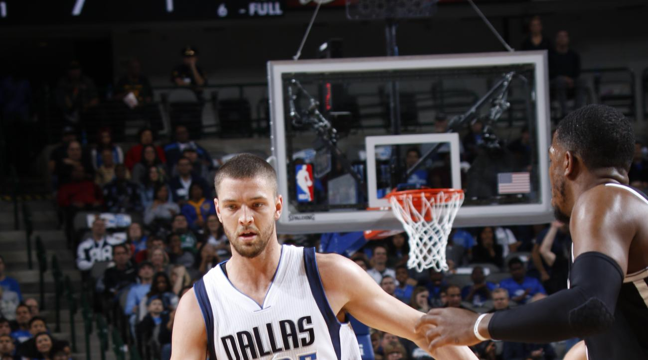 DALLAS, TX - JANUARY 29: Chandler Parsons #25 of the Dallas Mavericks handles the ball against the Brooklyn Nets on January 29, 2016 at the American Airlines Center in Dallas, Texas. (Photo by Glenn James/NBAE via Getty Images)
