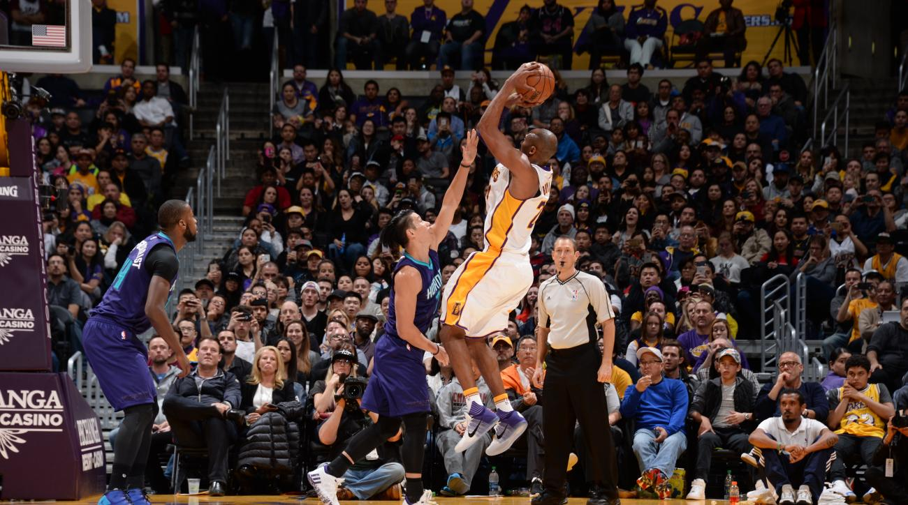 LOS ANGELES, CA - JANUARY 31:  Kobe Bryant #24 of the Los Angeles Lakers shoots against Jeremy Lin #7 of the Charlotte Hornets on January 31, 2016 at STAPLES Center in Los Angeles, California. (Photo by Andrew D. Bernstein/NBAE via Getty Images)