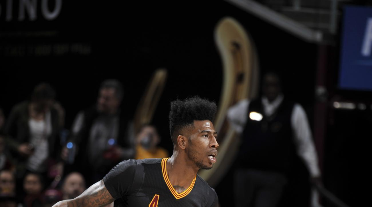 CLEVELAND, OH - FEBRUARY 18:  Iman Shumpert #4 of the Cleveland Cavaliers dribbles the ball against the Chicago Bulls on February 18, 2016 at Quicken Loans Arena in Cleveland, Ohio. (Photo by David Liam Kyle/NBAE via Getty Images)