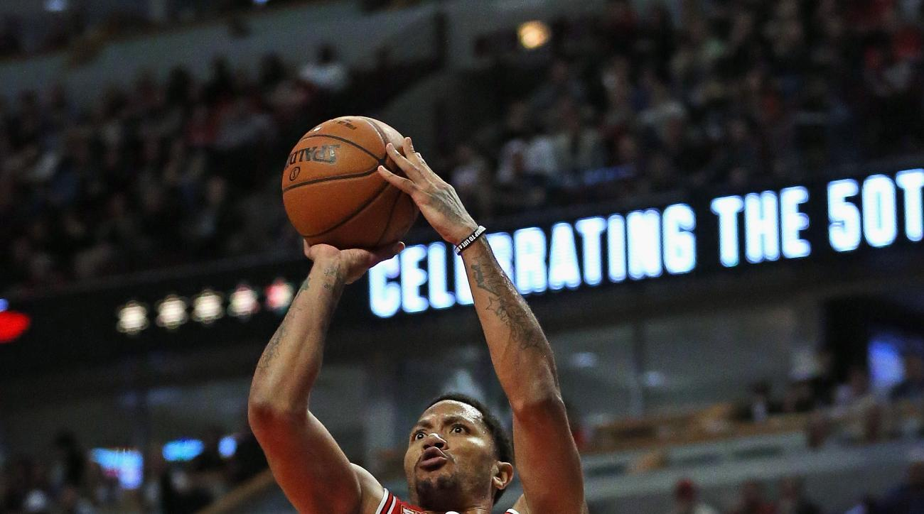 CHICAGO, IL - FEBRUARY 19: Derrick Rose #1 of the Chicago Bulls gets off a shot against the Toronto Raptors at the United Center on February 19, 2016 in Chicago, Illinois. The Bulls defeated the Raptors 116-106. (Photo by Jonathan Daniel/Getty Images)