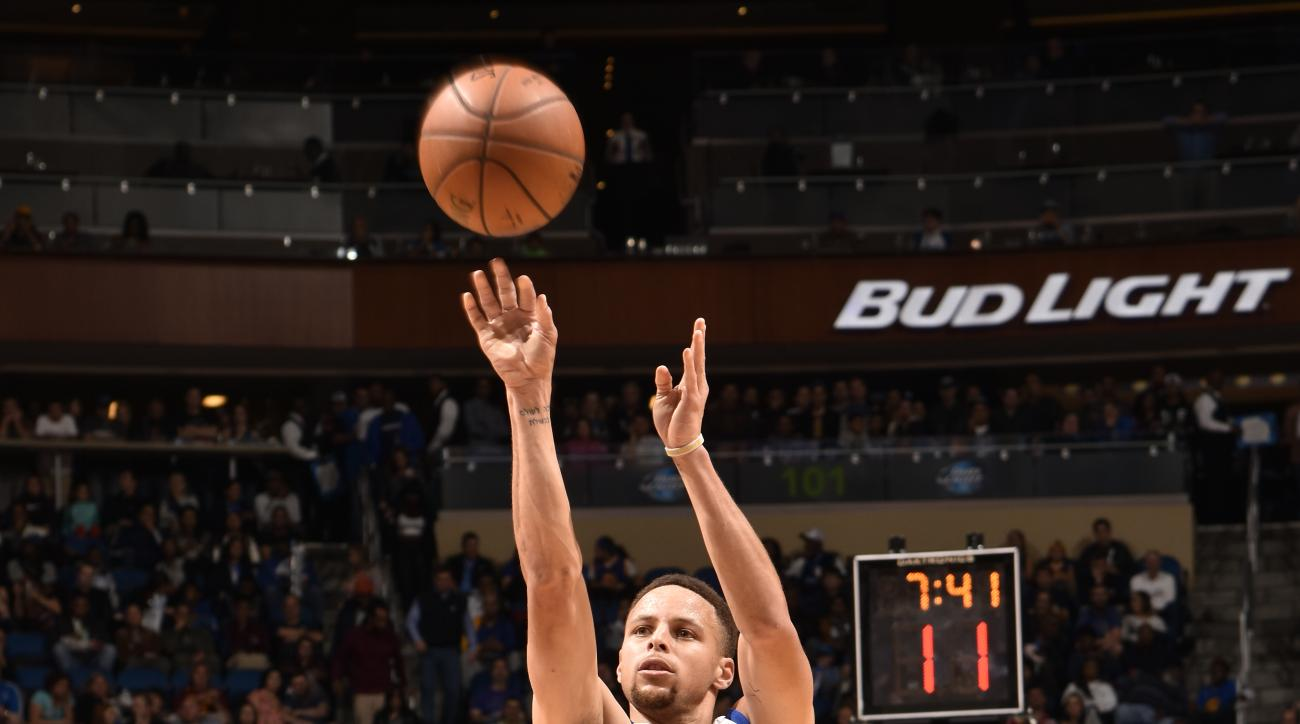 ORLANDO, FL - FEBRUARY 25:  Stephen Curry #30 of the Golden State Warriors shoots against the Orlando Magic on February 25, 2016 at Amway Center in Orlando, Florida. (Photo by Fernando Medina/NBAE via Getty Images)