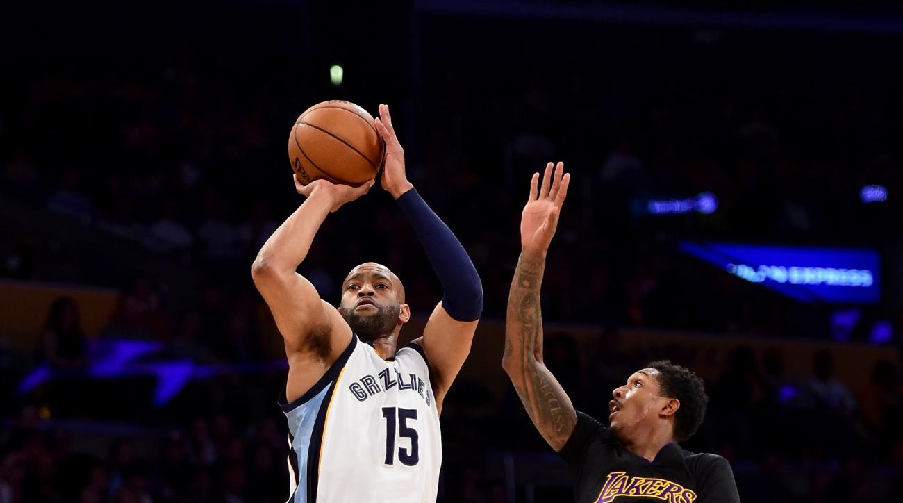 LOS ANGELES, CA - FEBRUARY 26:  Vince Carter #15 of the Memphis Grizzlies scores on a three pointer in front of Louis Williams #23 of the Los Angeles Lakers during the first half at Staples Center on February 26, 2016 in Los Angeles, California.  (Photo b